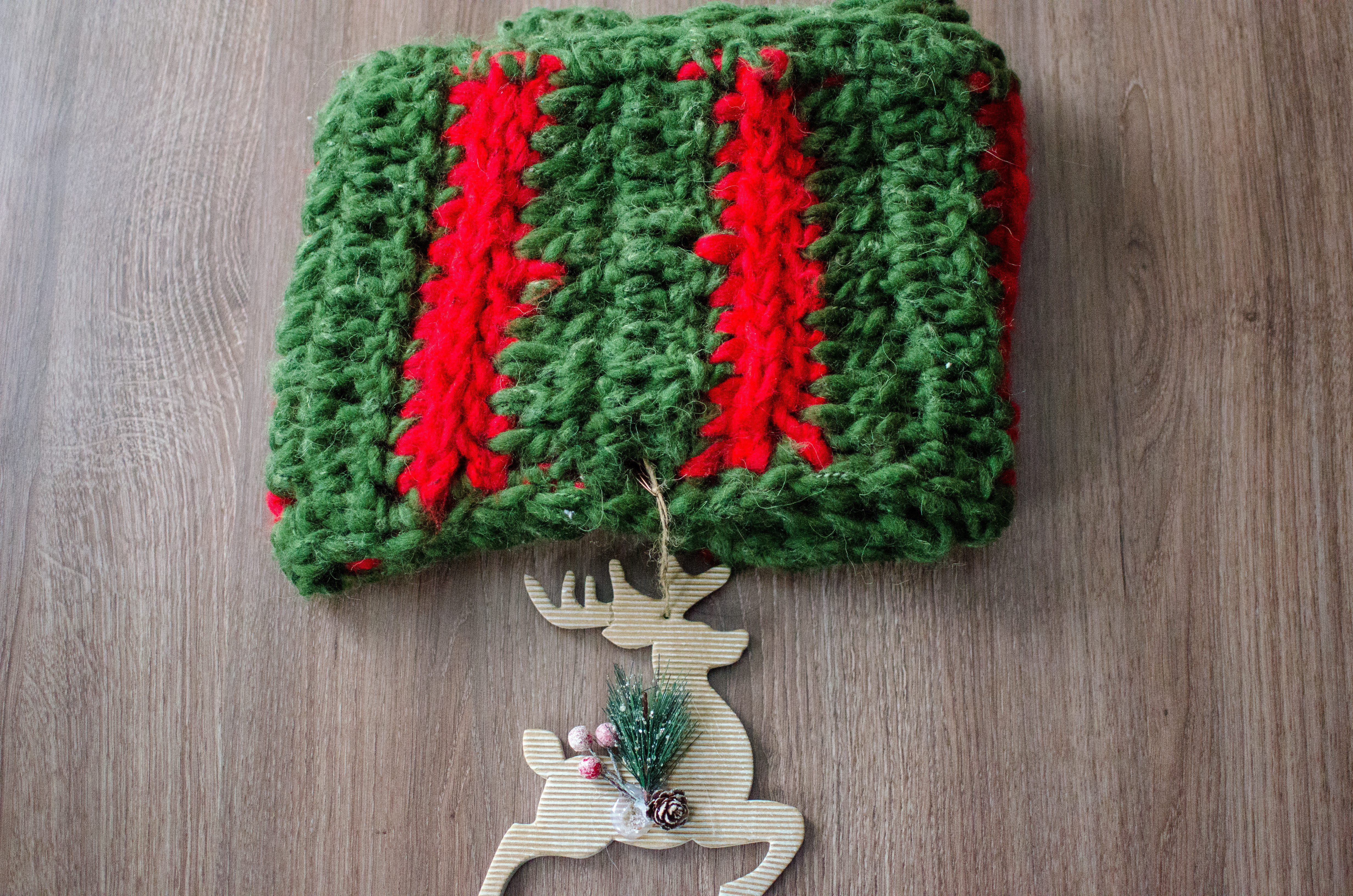Christmas wreath cowl – free crochet pattern